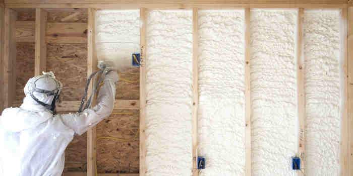 Izolacje natryskowe -Pianka pur do cieplania poddaszy stropów domów